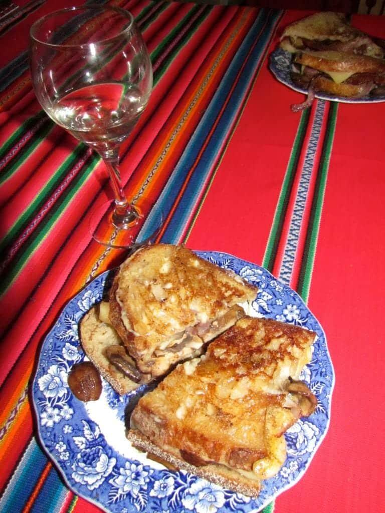 Queso a la parrilla y una copa de vino hacen una cena perfecta.